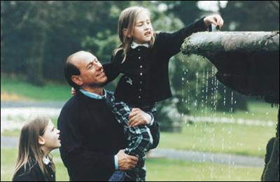 Berlusconi con due figlie - versione buon padre di famiglia.