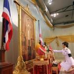 Yingluck Shinawatra in ginocchio di fronte al ritratto Re Bhumibol Adulyadej nel giorno della sua nomina a Primo Ministro, 8 agosto 2011. Foto: Rungroj Yongrit, Reuters.