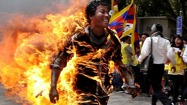 tibet uomo brucia Tibet: le Morti Illuminate (video)