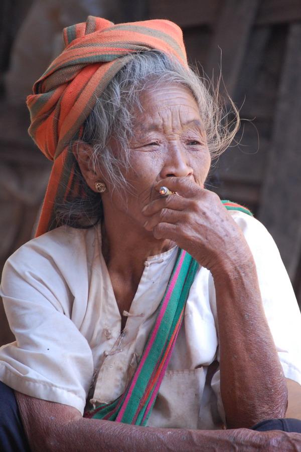 birmania myanmar donna col sigaro