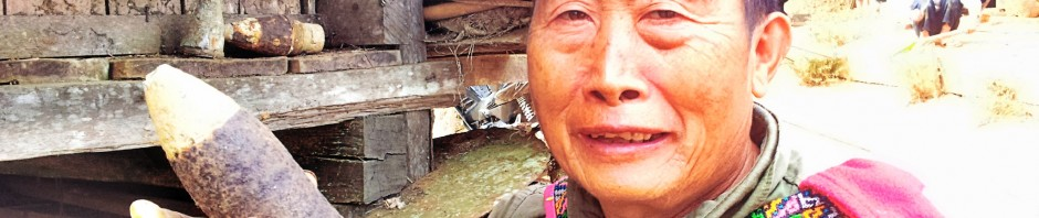 Anziano h'mong del villaggio di Samboon Noi mostra un proiettile da cannone reperito sulle montagne circostanti