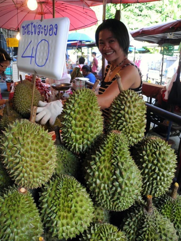 durian mercato 768x1024 Thailandia: il Durian (annusare e mangiare)