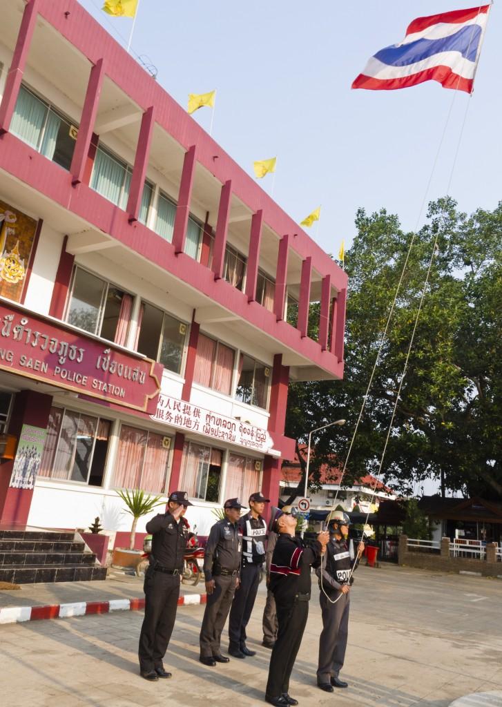 polizia alzabandiera 727x1024 Visti per la Thailandia: le novità