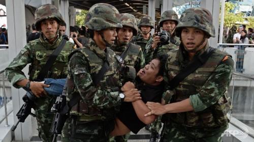 thai coup thai soldiers 500x281 AFP Thailandia, 6 mesi di dittatura militare. Intervista ad Alessio Fratticcioli