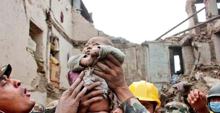 Nepal, bambino terremoto