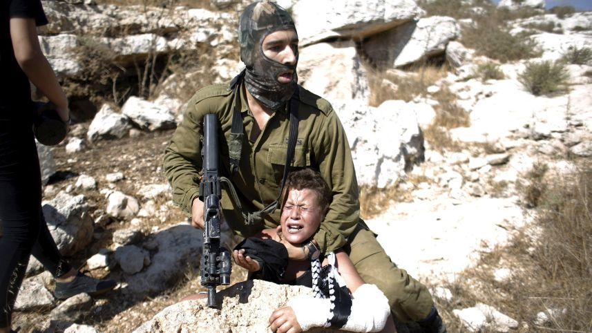 Soldato israeliano e ragazzino palestinese Nabi Saleh Cisgiordania Palestina