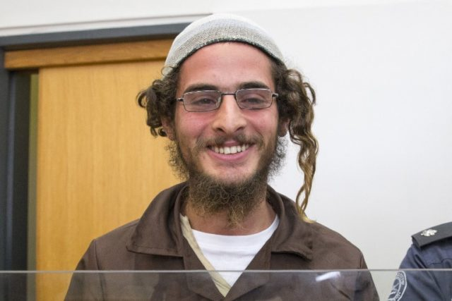 """Meir Ettinger, the head of a Jewish extremist group, stands at the Israeli justice court in Nazareth Illit on August 4, 2015, a day after his arrest. Police said Ettinger, who is aged around 20, was suspected of """"nationalist crimes"""" but did not accuse him of direct involvement in last week's firebombing in which a Palestinian toddler was burnt to death in the Israeli-occupied West Bank. He is a grandson of Meir Kahane, a rabbi who founded the racist anti-Arab movement Kach and was assassinated in 1990 in New York.  Foto AFP PHOTO / JACK GUEZ"""