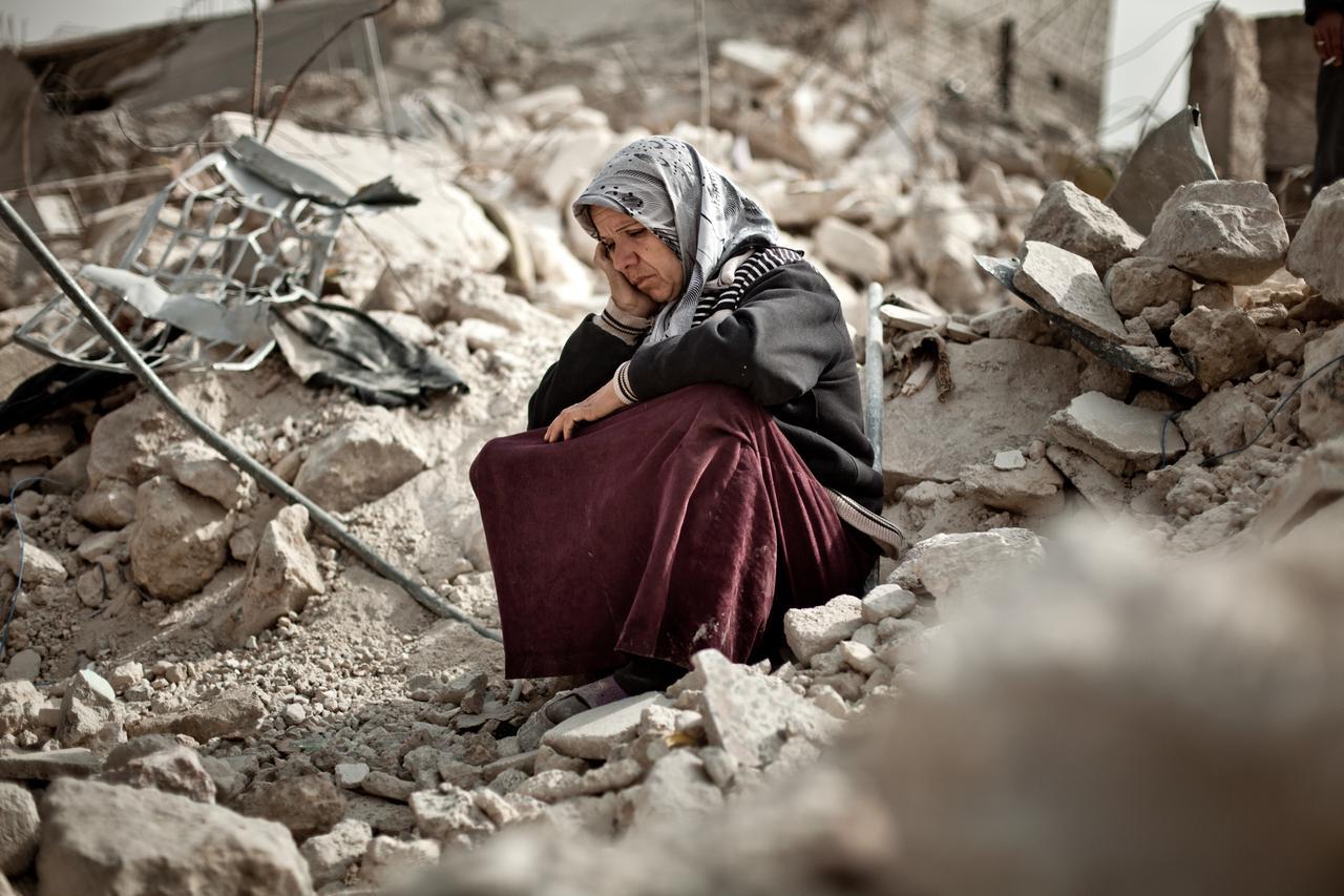 Zakia Abdullah si trova tra le macerie della sua casa nel quartiere di Tariq al-Bab di Aleppo.