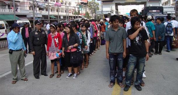 Mae Sot (Thailandia) - Birmani in fila al confine tra Birmania e Thailandia