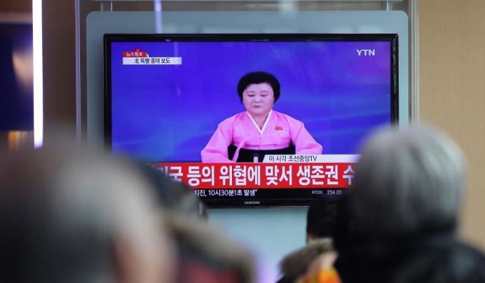 Pendolari alla stazione ferroviaria di Seoul guardanoe una trasmissione televisiva che annuncia il test nucleare di Pyongyang. (Getty / Chung Sung-Jun)