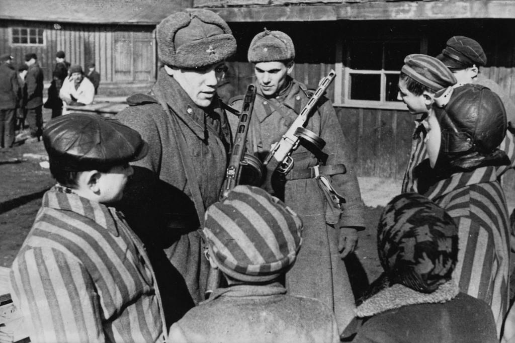 Soldati sovietici e prigionieri ad Aschwitz nei giorni seguenti la Liberazione del 27 gennaio 1945.