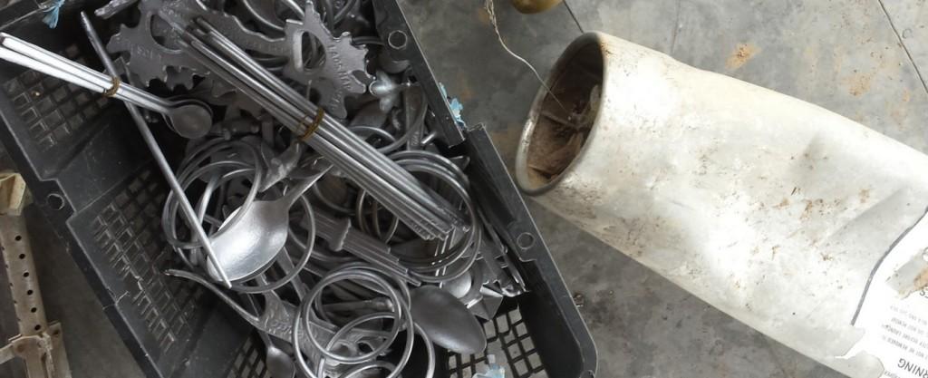 Utensili ricavati da bossoli di bomba - Foto di John Dennehy