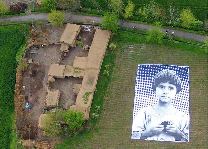 """Un gruppo di artisti in Pakistan spera di generare """"empatia"""" tra gli operatori dei droni americani mettendo gigantografie di bambini nelle regioni tormentate del paese"""