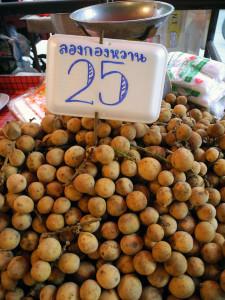 Longkong uan - ลองกองหวาน - in vendita al mercato in Thailandia