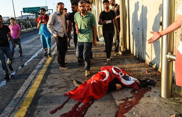 Un cadavere avvolto nella bandiera turca sul Ponte sul Bosforo, Istanbul, Turchia. Foto Bulent Kilic /AFP