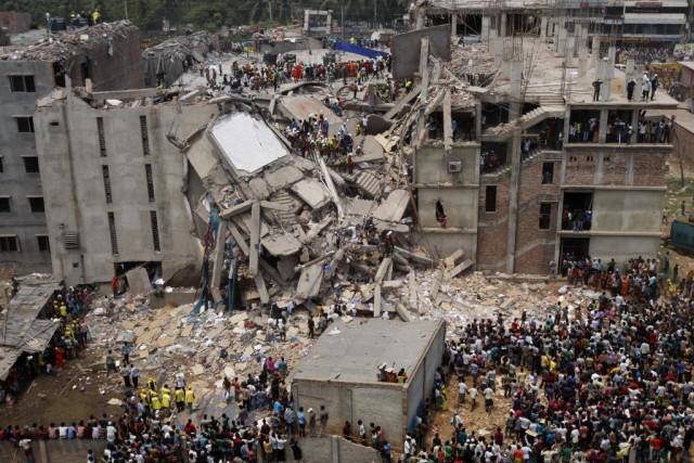 Il Rana Plaza, un edificio commerciale di otto piani crollato a Savar, un sub-distretto nella Grande Area di Dacca, capitale del Bangladesh.