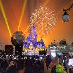 Fuochi d'artificio a Disneyland Shanghai, 18 giugno 2016. Foto Kyodo News / Getty