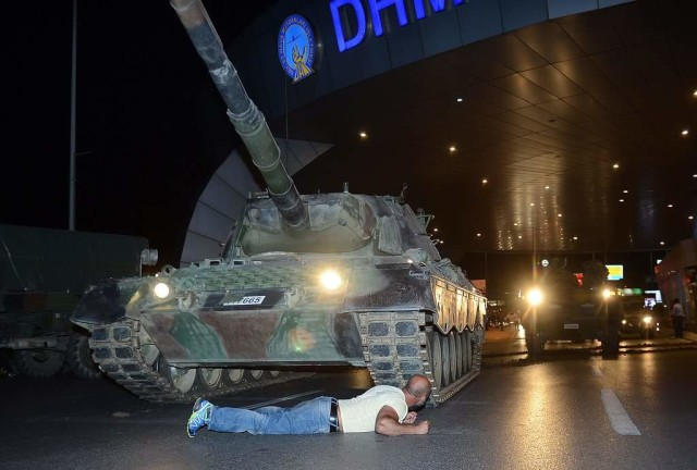 golpe turchia colpo di stato uomo carro armato eroe