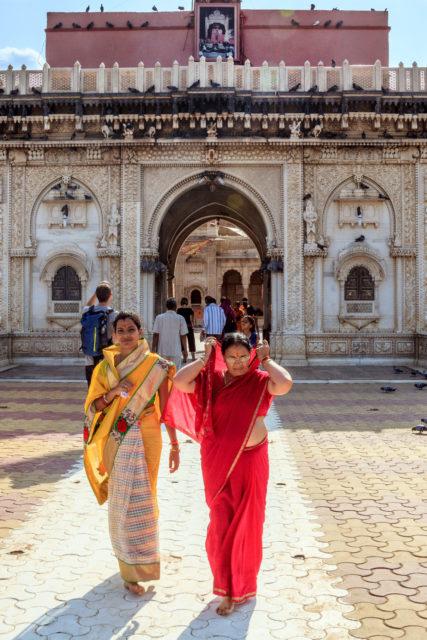 donne india sari giallo rosso