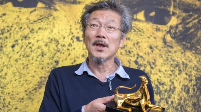 "Il regista coreano Hong Sang Soo vincitore del Leopardo d'Oro al Festival di Locarno per ""Right now, Wrong Then"" nel 2015."