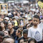 Thailandesi in strada per l'ultimo saluto a Re Bhumibol Adulyadej a Bangkok, 14 ottobre 2016.