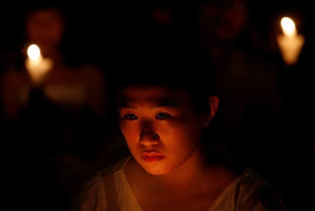 Hong Kong, 4 giugno 2017: una donna prende parte alla annuale commemorazione del massacro di piazza Tiananmen. Foto Bobby Yip / Reuters