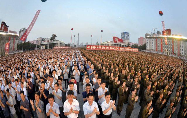 La Corea del Nord ha testato con successo il suo primo missile balistico intercontinentale: lo storico avvenimento e' stato celebrato da militari e cittadini in Piazza Kim Il Sung, a Pyongyang, il 6 luglio 2017. Foto KCNA