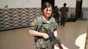 Avin Dar, guerrigliera di etnia yazida di 22 anni: «Mentre liberiamo Raqqa liberiamo noi stesse, e le donne di tutto il mondo».
